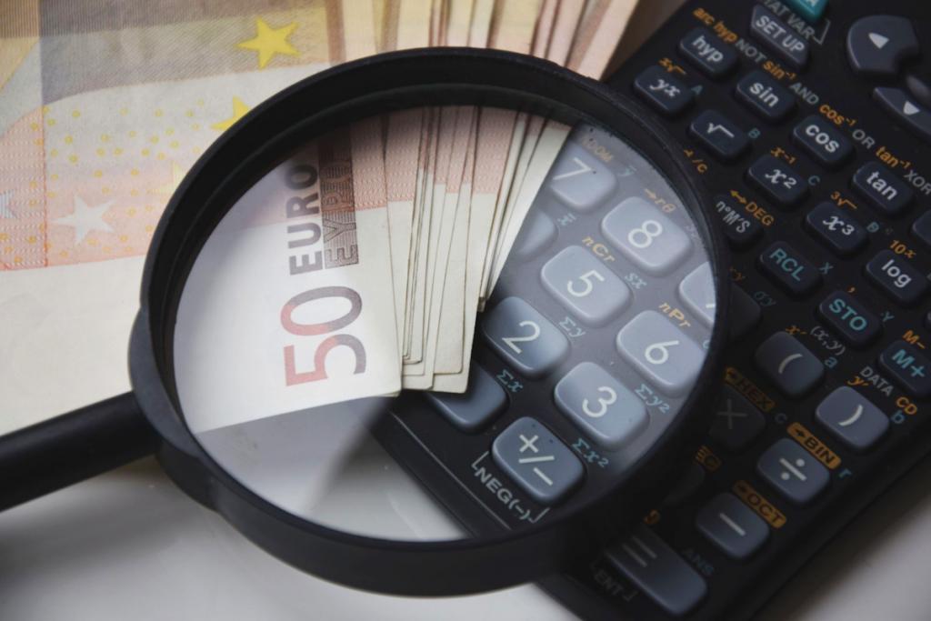 Money euro magnifier