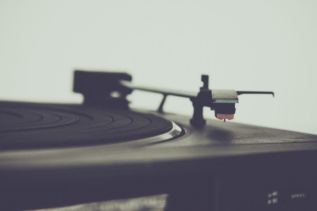 musik, spielen, abspielen, drehen, old school, platten, teller, arm, plattenspieler, dj, djane, house, electro, sound, volume, loudspeaker, laut, leise, club, lounge, analog